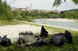 Raccolta di rifiuti sulle rive del Piave