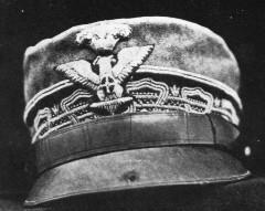 il berretto con il foro dalla pallottola