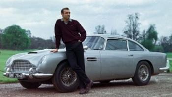 Sean Connery con la Aston Martin DB5 durante le riprese di Goldfinger Foto © United Artists, LLC Danjaq